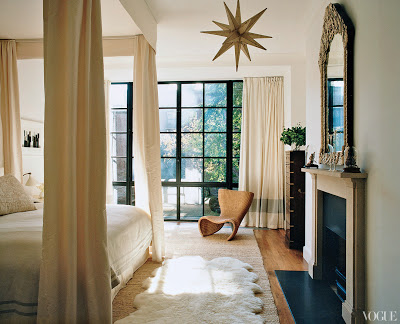 Tabitha Simmon's Manhattan bedroom with a canopy bed designed by Annabelle Selldorf via belle vivir blog