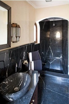 black bathroom decor via belle vivir blog