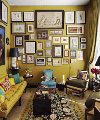 a gallery with fames of many different sizes on the wall via belle vivir blog